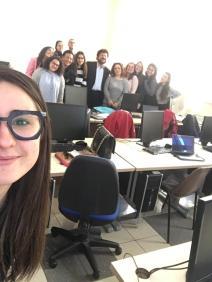 Selfie di giovani esperti di Blogger communication e web marketing mentre vengono formati dal prof. Americo Bazzoffia presso Università LUMSA di Roma